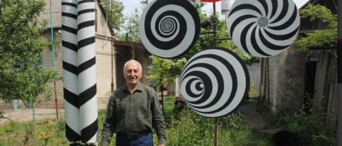 В одному з міст України чоловік перетворює вулицю в казку за допомогою вітряків